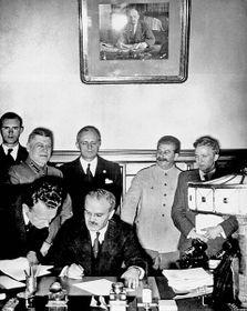 Signing the Molotov-Ribbentrop Pact, photo: Free Domain