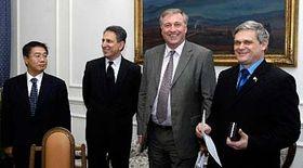 Zleva: prezident spol.Nomura Jugo Išida, šéf vyjednávacího týmu Sadek Sajíd, Mirek Topolánek aVlastimil Tlustý, foto: ČTK