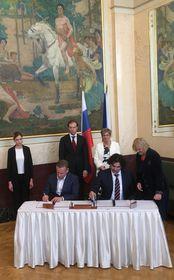 Подписание двусторонних соглашений в Муниципальном доме, Фото: Катерина Айзпурвит