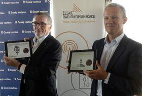 El director general de la Radiodifusión Checa, Peter  Duhan (a la izquierda) y Martin Gebauer, el director de la Oficina de la Radiocomunicación Checa, foto: ČTK