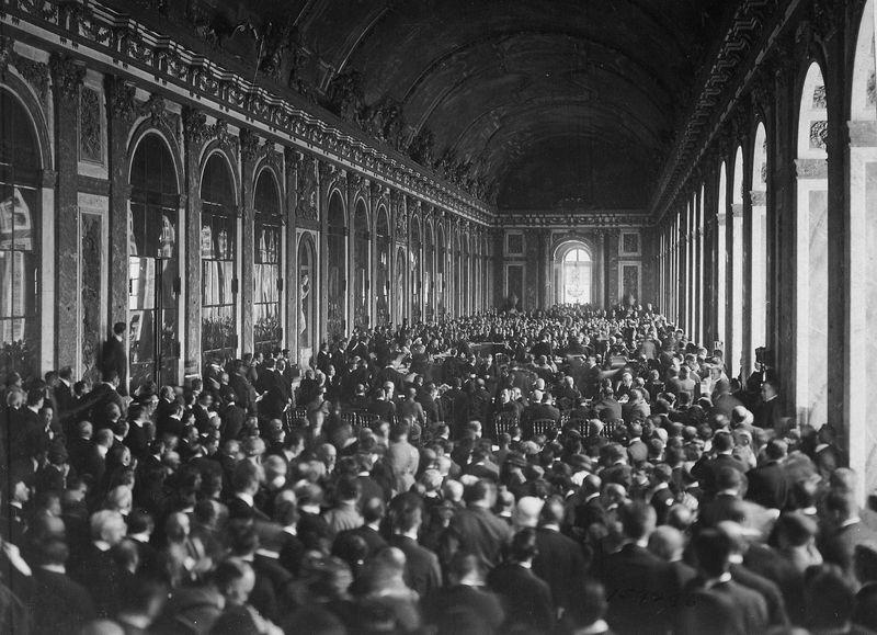 Signature du traité à la galerie des Glaces, château de Versailles, photo: US National Archives, public domain