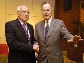Prezident Václav Klaus se setkal sbývalým prezidentem USA Georgem Bushem na asijském ekonomickém fóru vletovisku Po-ao, foto: ČTK