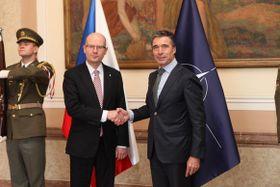 Bohuslav Sobotka y Anders Fogh Rasmussen, foto: Archivo del Gobierno Checo