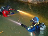Speleopotápěči se noří do ledových vod Dolního jezírka na dně propasti Macocha v Moravském krasu, foto: ČTK