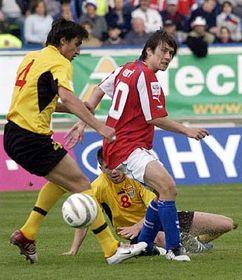Tomás Rosický (a la derecha) contra Goce Sedloski (a la izquierda) y Velice Sumulikoski (Foto: CTK)