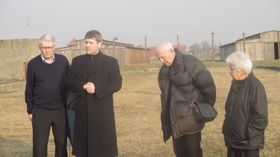 Чешские узники при церемонии возложения венков к семейному лагерю (Фото: Ася Чеканова)