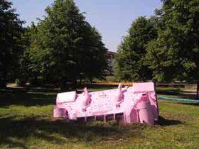 Розовый танк на курорте (Фото: www.davidcerny.cz)