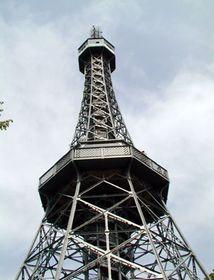 Petřínská rozhledna je volnou kopií slavné Eiffelovky