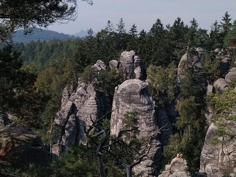 Las vistas desde el Miradero al Paraíso Checo con el castillo de Trosky al fondo, foto: Dominika Bernáthová