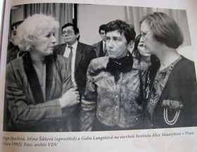 Ольга Гавлова с Йиржиной Шикловой и Габой Лангошовой, 1992 г. (Фото: Reprofoto)