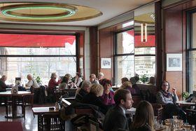 El Café Slavia en Praga, foto: Ondřej Tomšů