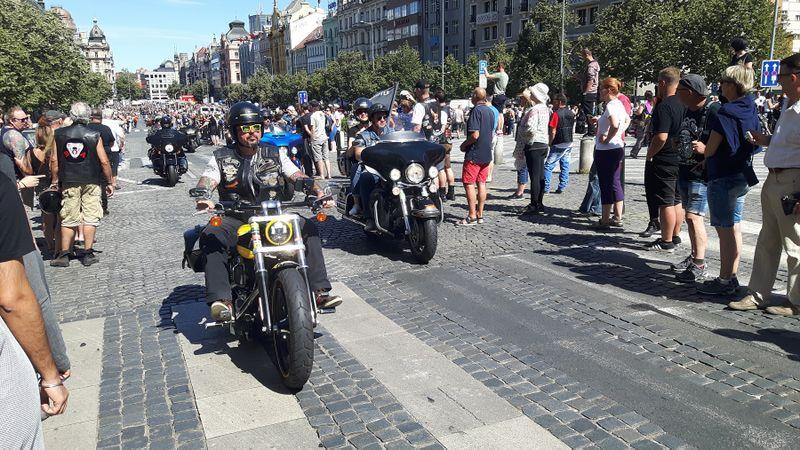 Прагу оккупировали байкеры на «Харлеях» Фото: Клара Стейскалова
