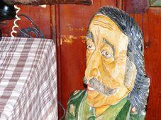 Rejvízského sběratele pověstí Sotirise Joanidise najdeme na opěradle židle v proslulém penzionu Rejvíz, foto: Miroslav Kobza, ČRo