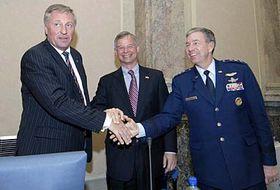 De izquierda: Mirek Topolanek, Richard Graber y Henry Obering (Foto: CTK)
