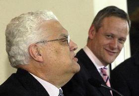 Canciller checo, Cyril Svoboda (a la derecha) y el ministro de AA.EE. portugués, Diogo Freitas do Amaral (Foto: CTK)
