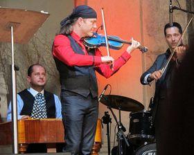 Pavel Šporcl hraje na modré housle od Jana Špidlena, foto: Kristýna Maková