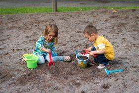 Sandform, den die Kinder auf dem Spielplatz produzieren - dělat bábovky (Foto: Arek Socha, Pixabay / CC0)