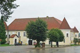 Lounovice chateau, photo: SchiDD, CC BY 3.0 Unported