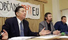Jan Skácel, předseda strany Národního sjednocení (zleva), F. Červenka aDavid Macháček, předseda nacionalistické Vlastenecké fronty, Foto: ČTK