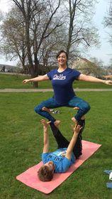 Isabel, haciendo yoga en las áreas verdes de Vyšehrad, archivo personal de Isabel Mendoza