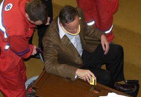 Zdravotníci pomáhají ve sněmovně ministru zahraničí Cyrilu Svobodovi, který se ipřes zranění zúčastnil klíčového hlasování oDPH, foto: ČTK