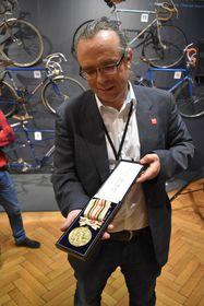 Arnošt Nezmeškal se zlatou medailí Jiřího Dalera zolympiády vTokiu 1964, foto: Eva Turečková