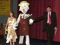 Postava z animovaných filmů a festivalový maskot Pan Prokouk přivádí herečku Danu Morávkovou a herce Jana Čenského, foto: ČTK