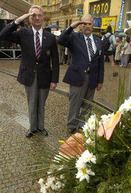 Američtí veteráni druhé světové války se poklonili upomníku Díky, Ameriko! vPlzni, foto: ČTK