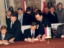 Подписание основополагающего договора Вышеградской четверки, слева Вацлав Гавел, Йожеф Анталл и Лех Валенса, Фото: Péter Antall, CC BY-SA 3.0