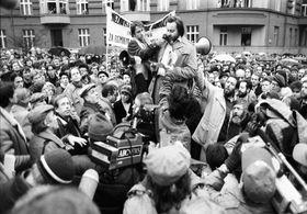 Erste erlaubte Demonstration auf dem Škroup-Platz (Foto: ČTK / Stanislav Peška)