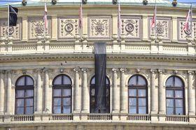 Черный флаг на здании пражского Рудольфинума, Фото: ЧТК