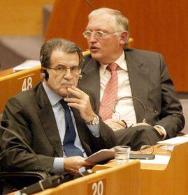 Romano Prodi (por la izquierda) y Günter Verheugen en Bruselas, foto: CTK