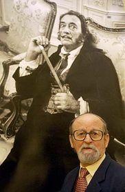 Václav Chochola con su imagen de 1969 'Salvador Dalí en París' (Foto: CTK)