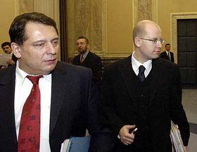 Primer ministro checo, Jiri Paroubek y el  ministro de Finanzas, Bohuslav Sobotka (Foto: CTK)