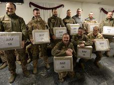 Les soldats de la base aérienne de Bagram avec des cadeaux de Noël, photo: ČTK / Michal Krumphanzl