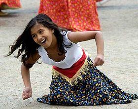 Dívka ztanečního souboru při vystoupení na happeningu kMezinárodnímu dni za vymýcení chudoby, foto: ČTK