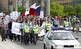Příznivci českých extremistických skupin se sešli na demonstraci na pražském Staroměstském náměstí odkud vyrazili směr Pražský hrad, foto: ČTK