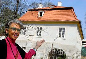 Meda Mládková standing in front of the Werich's villa, photo: CTK
