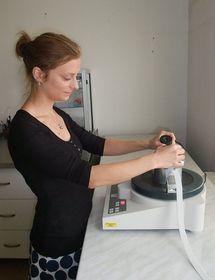 Sylva Kaupová připravuje kostní extrakt, foto: Martina Bílá