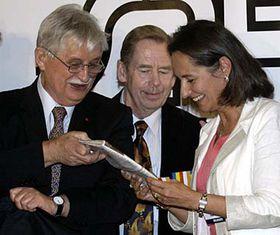 De izquierda: Jirí Dienstbier, Václav Havel y Ségolene Royal, Foro 2000 (Foto: CTK)