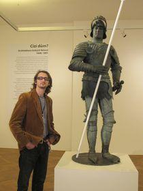 Martin Krsek mit der Rolandstatue (Foto: Martina Schneibergová)