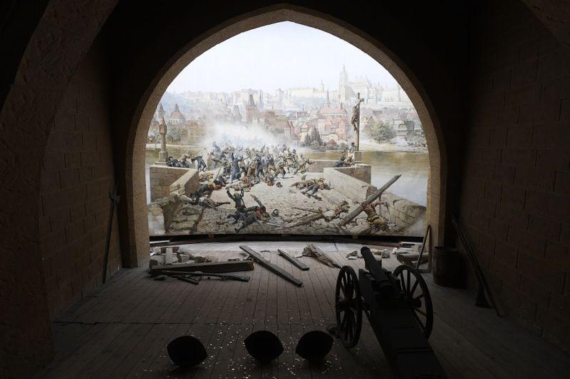 El diorama 'La lucha de los praguenses contra los suecos en el Puente de Carlos en el año 1648' volvió a su lugar en la colina de Petřín, foto: ČTK/Ondřej Deml
