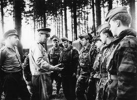 DDR-Soldaten in der Tschechoslowakei (Foto: Bundesarchiv, Bild 183-2008-0118-502 / CC-BY-SA 3.0)