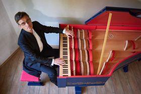Sławomir Zubrzycki joue de la viola organista, photo: schubert / Site officiel du Festival de la musique ancienne
