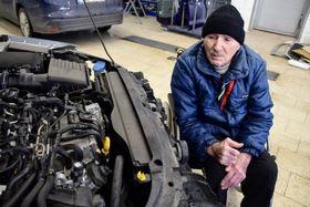 Der 83-jährige Jan in einer Autowerkstatt (Foto: Michal Polášek, Archiv des Tschechischen Rundfunks)