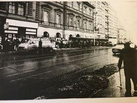 Очередь в книжный магазин Арбеса, копия фотографии: Катерина Айзпурвит