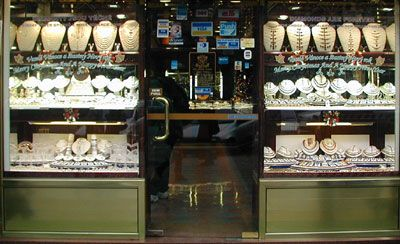 efb9f4280b6c Но так как чаще всего изготовление ювелирных изделий связано с золотом -  «zlato», ювелирные магазины в Чехии также называются «zlatnictví».