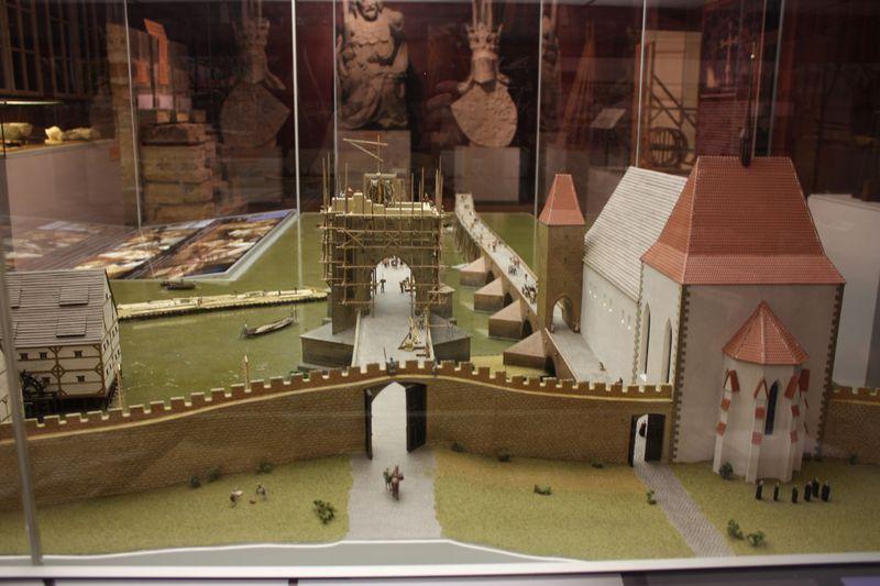 Una maqueta de la construcción del Puente de Carlos y el Puente de Judith (en la derecha), foto: Štěpánka Budková