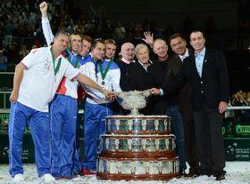 Czech team (left): Jaroslav Navrátil, Radek Štěpánek, Tomáš Berdych, Lukáš Rosol and Ivo Minář with winners from 1980: Pavel Korda, Jan Kodeš, Pavel Složil, Tomáš Šmíd and Ivan Lendl, photo: CTK