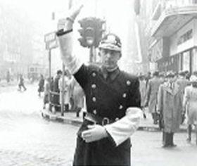 Úplně první semafor vČeskoslovensku řídil ručně strážník, foto: ČT24